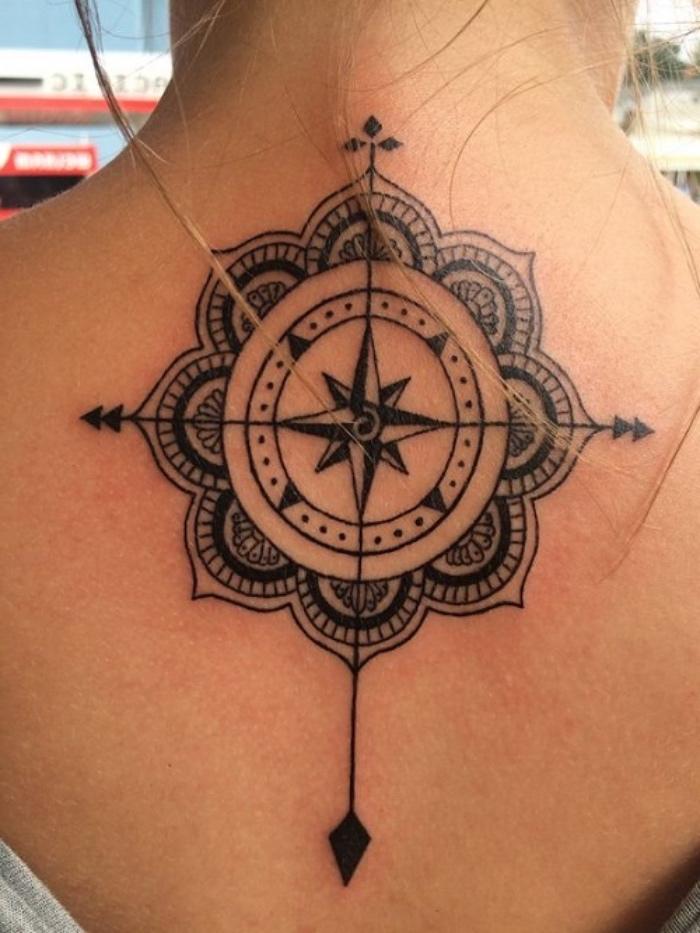 idee für einen großen schwarzen compass tattoo mit schwarzen mandala kompass mit vier schwarzen pfeilen auf den nacken einer jungen frau