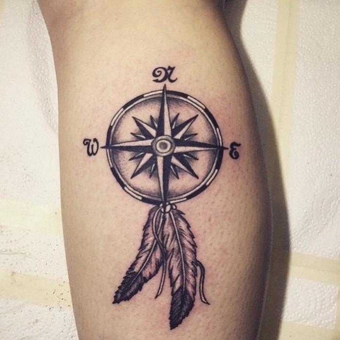 noch eine unserer zahlreichen ideen zum thema kompass tattoo mit zwei langen weißen federn auf der hand