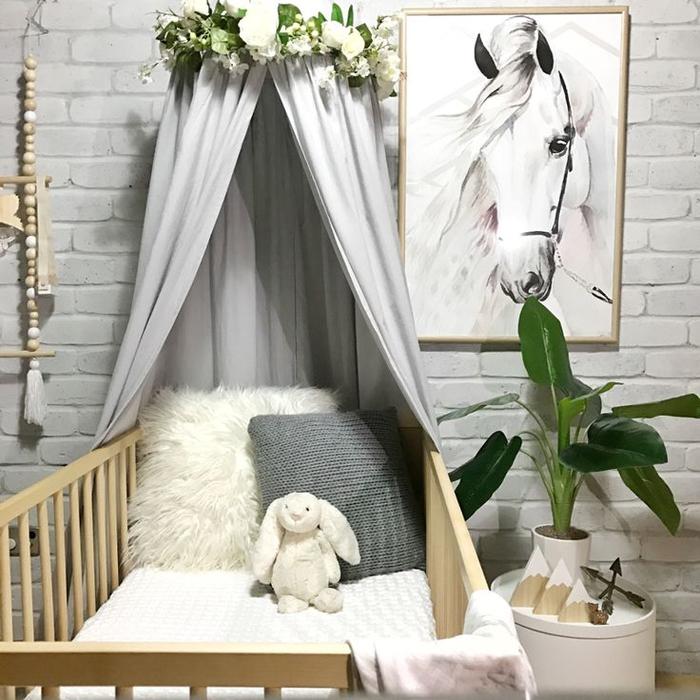 Babybett mit Himmel und Blumenkranz, Babyzimmer für Mädchen in Pastelltönen, Bild mit Pferd, Topfblume