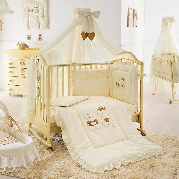 Babyzimmer in Weiß und Hellgelb, Babybett mit Himmel und Rollen, Bettwäsche mit Bären