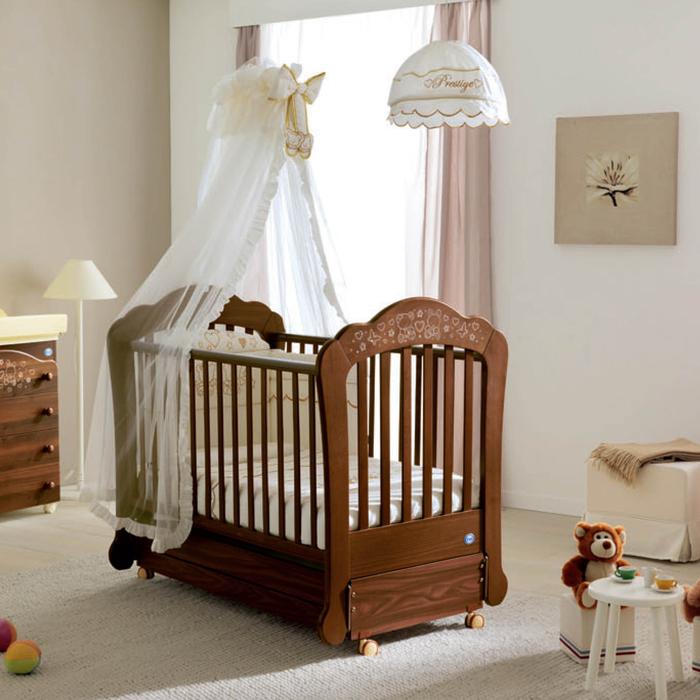 Babyzimmer in Pastelltönen, Holzbett mit Rollen, weißer Himmel, Kuschelbären trinken Tee an kleinem Tisch