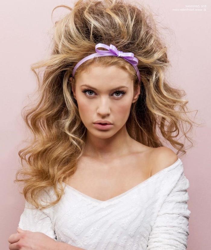 große wilde Haare mit einem entzückenden lila Band Blonde Haare mit Strähnen Hochzeit Haare