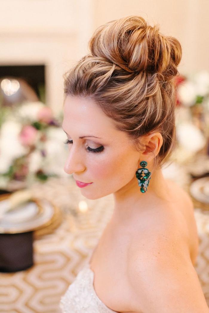 Hochsteckfrisur Hochzeit ausgefallene Ohrringe braune Haare mit blonden Strähnen