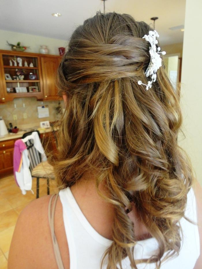 blonde Haare weißer Haarschmuck als Deko lässige Frisur Hochzeit Haare