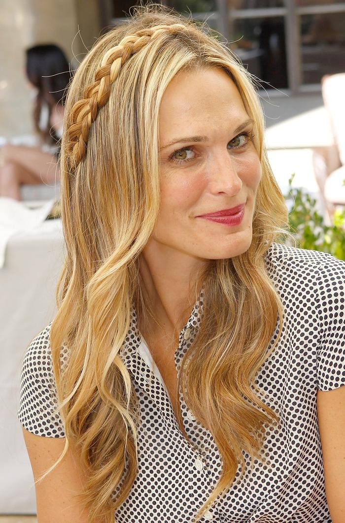 lange blonde Haare in verschiedenen Nuancen glatte Haare Zopf wie Diadem