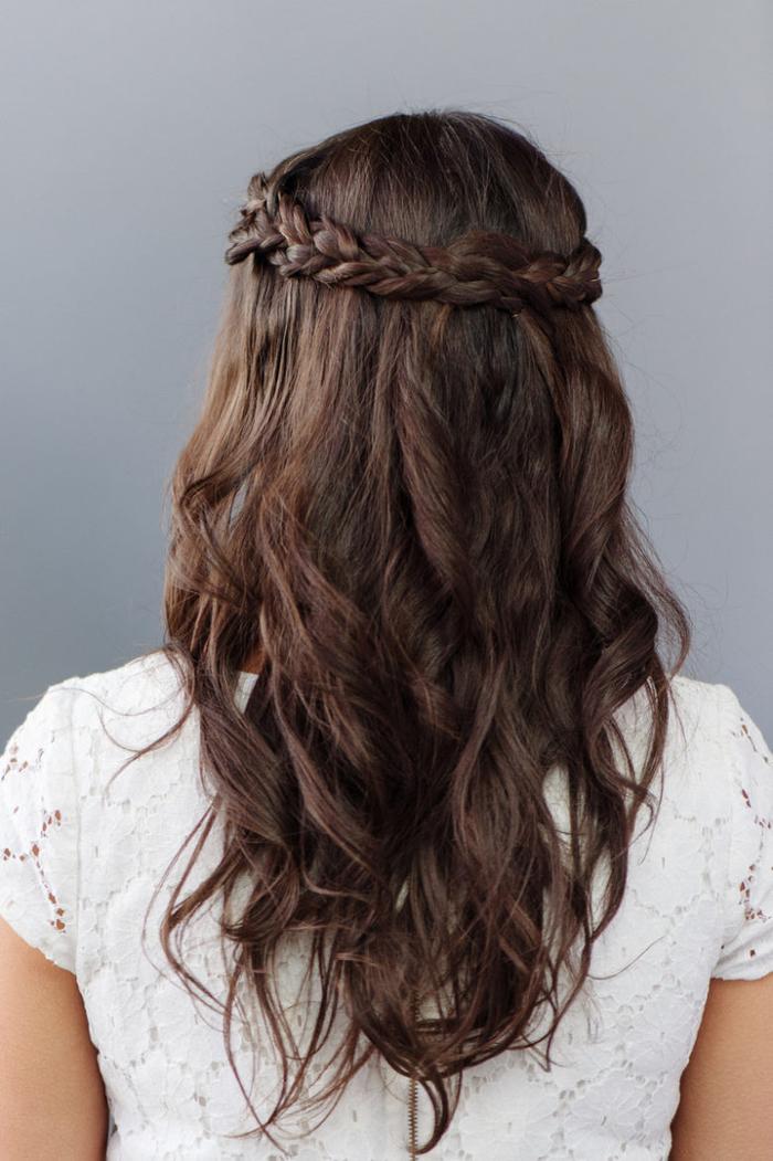 lange braune Haare ein Zopf als Kranz weißes Kleid einfach zu machende Hochzeit Frisur