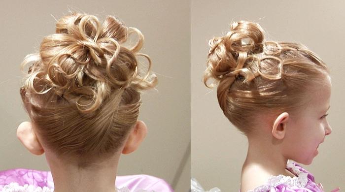 eine Netz als Frisur von blonden niedlichen Mädchen als Brautjungfer