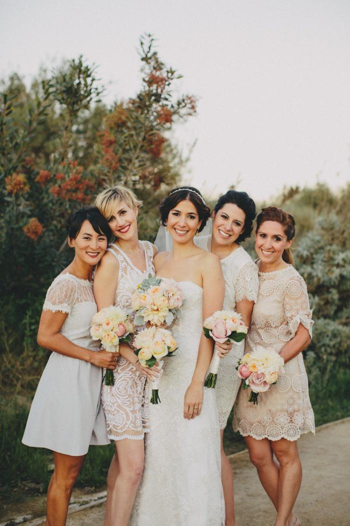 Die Jungfern sind die besten Freundinnen von der Braut und haben alle verschiedene Hochzeitfrisuren