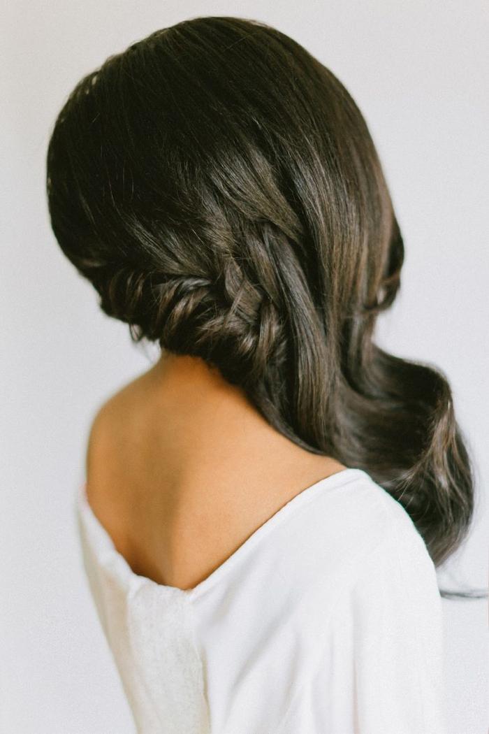 schwarze lange Haare geflochtene Haare weißes Kleid ganz süße Hochzeit Frisur