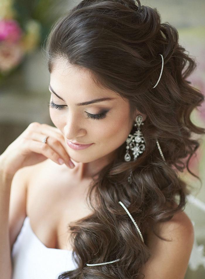 lange Haare lockige Haare eine Kette als Haarschmuck einfache Frisuren Hochzeit