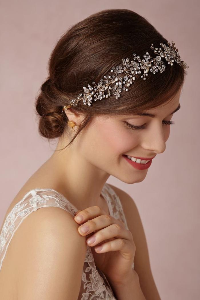 prächtiger Haarschmuck mit kleinen Glasperlen braune Haare weißes Kleid