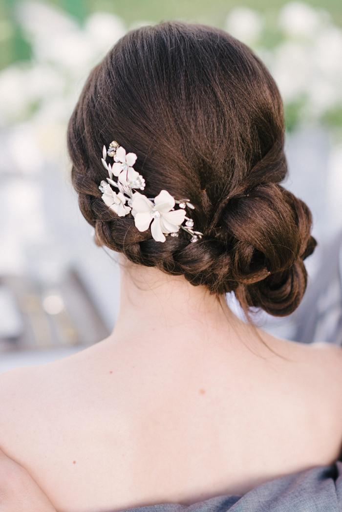 braune Haare geflochtene Haare Steckfrisur Brautjungfern mit weißen Blumen