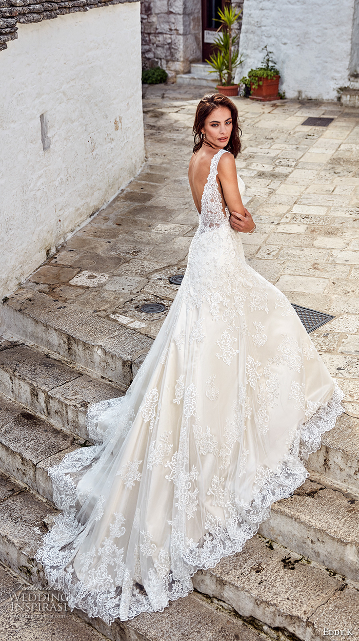 Brautkleid mit Spitzen-Elementen, langer Schleppe, tiefem Rückenausschnitt und Trägern