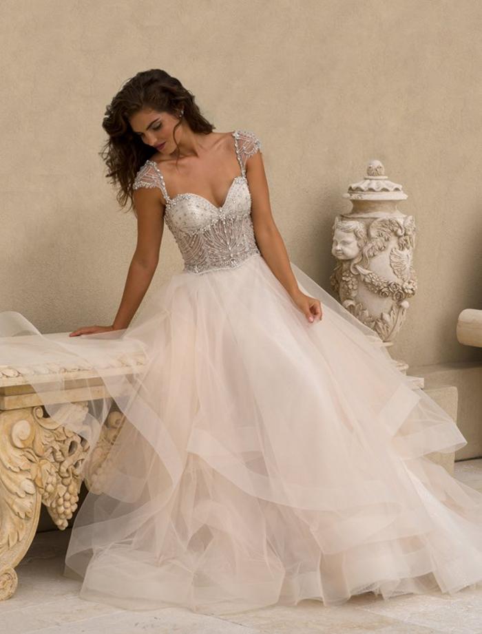 Brautkleid mit Herz-Ausschnitt, Tüllrock, Oberteil mit Kristallen dekoriert, ärmellos