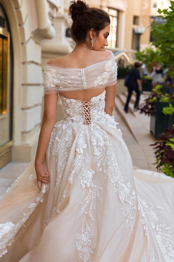 Hochzeitskleid mit Spitzen-Elementen, weit und bodenlang, mit Korsett, in Cremeweiß