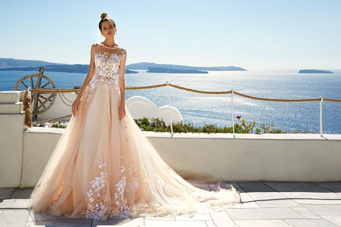 Brautkleid in Cremeweiß, Spitzen-Elemente und Tüll, lange Schleppe, ärmellos