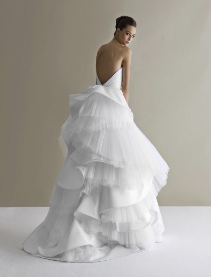 pompöses Brautkleid mit Tüll, tiefem Rückenausschnitt, trägerlos, weiß