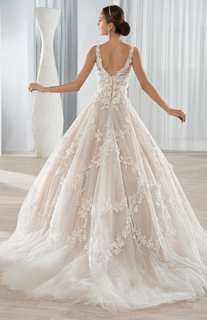 weites Brautkleid mit tiefem Rückenausschnitt und Trägern, Spitzen-Elemente und Tüll