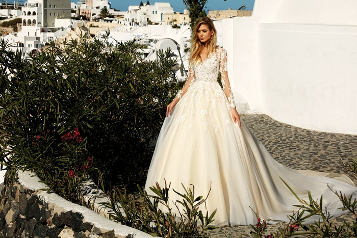 weites Brautkleid mit langer Schleppe, Spitzen-Ärmel, romantischer Look
