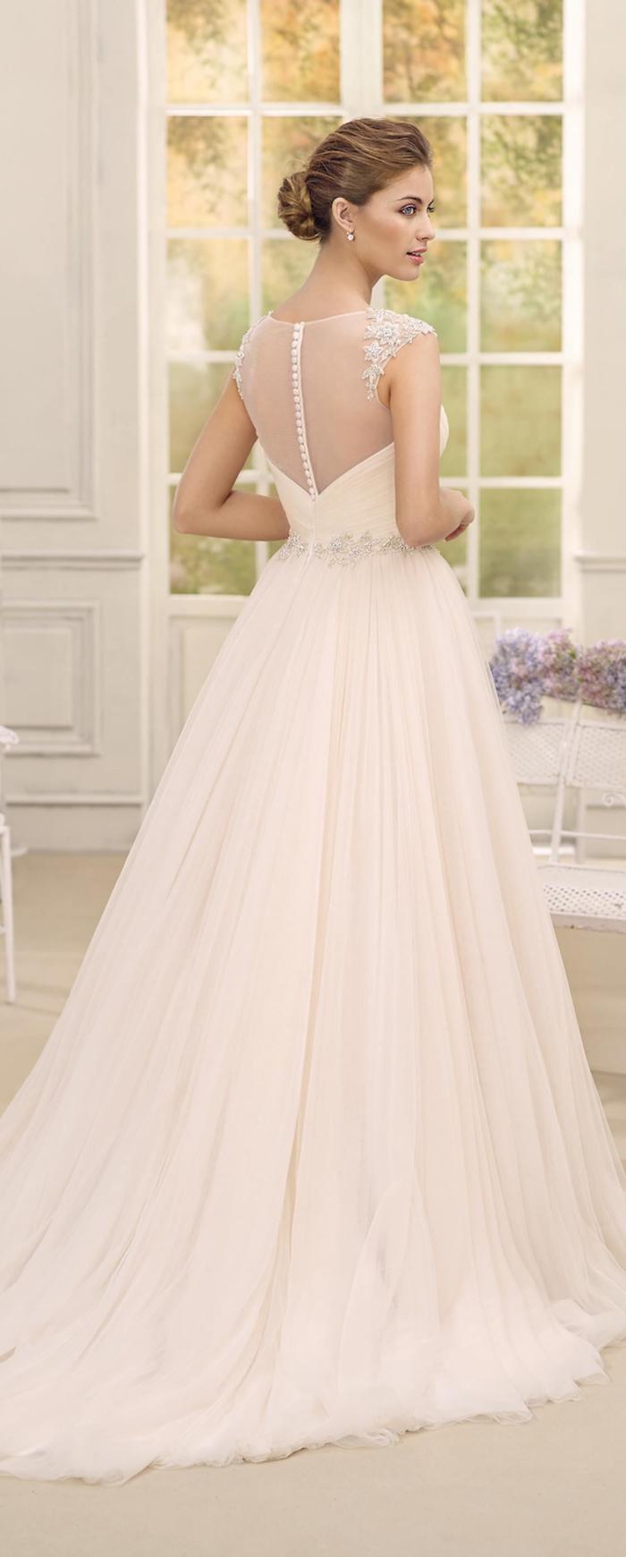 ärmelloses Hochzeitskleid mit Perlenstickerei, bodenlang und weit, mit Kristallen dekoriert