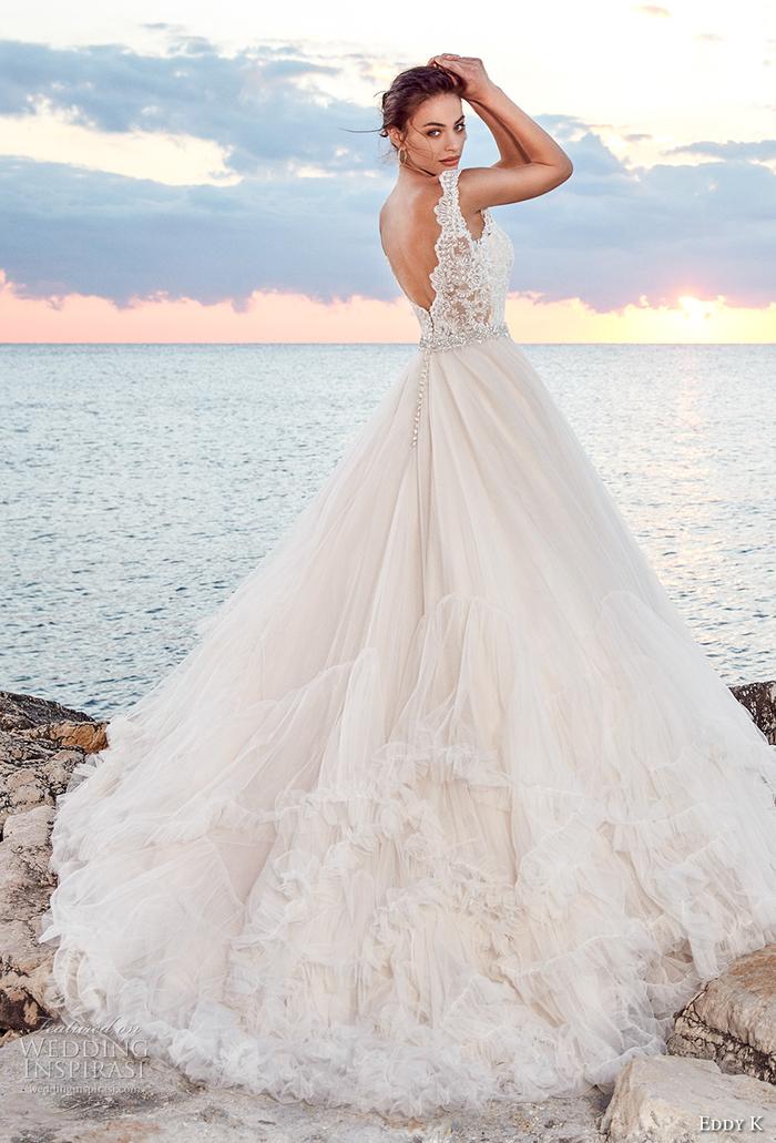 weites Brautkleid mit tiefem Rückenausschnitt und Trägern, Tüllrock und Spitzen-Oberteil