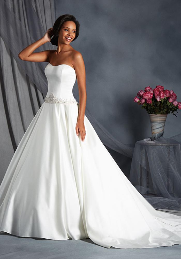schlichtes und elegantes Hochzeitskleid, trägerlos, mit Herz-Ausschnitt, lange Schleppe