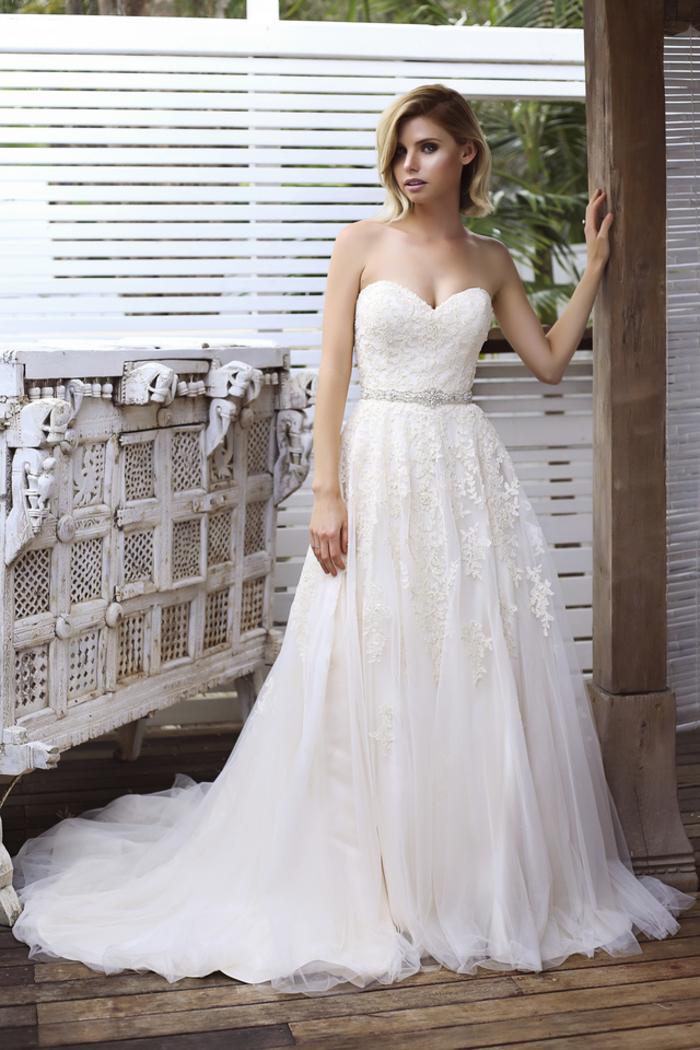 trägerloses Hochzeitskleid, mit Herz-Ausschnitt, mit Kristallen dekoriert, lange Schleppe