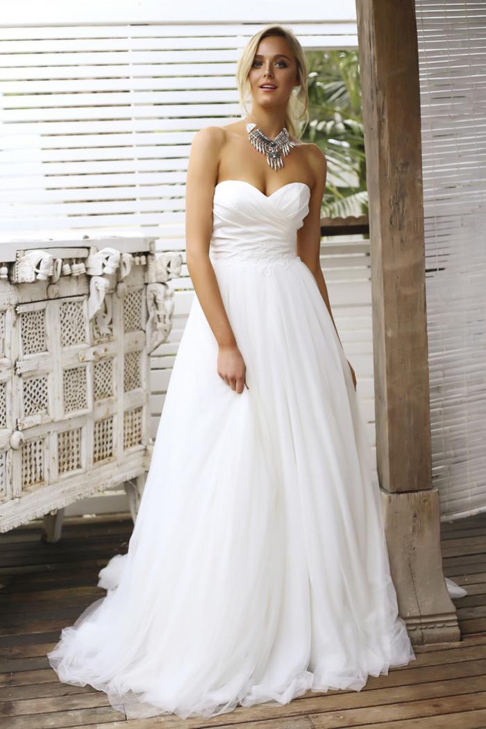 trägerloses Brautkleid mit Herz-Ausschnitt, locker fallend, schlicht und elegant, in Weiß