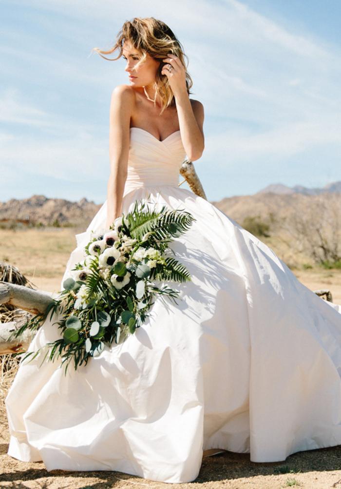 schlichtes und stilvolles Hochzeitskleid, trägerlos, mit Herz-Ausschnitt, weit und bodenlang