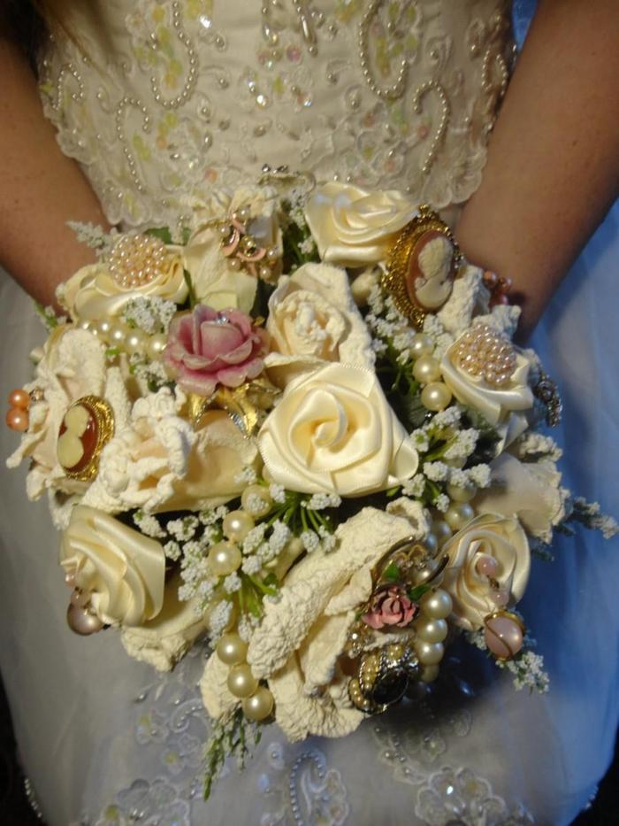 Hochzeitssträuße selber nähen wie Rosen mit Glasperlen wie das Hochzeitsskleid