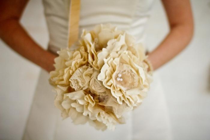 ein Herbst Hochzeitsstrauß in cremiger Farbe mit Glasperlen geschmückt