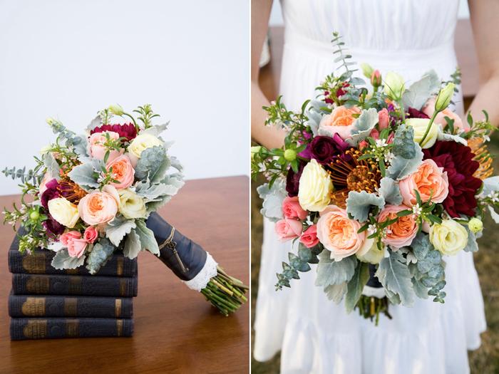 vintage Hochzeitsstrauß mit vielen prächtigen Blumen über Bücher und in Händen von Braut