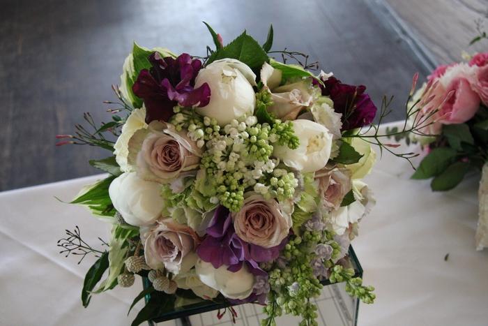 weiße rosa und lila Blumen in vintage Brautstrauß im Sommer