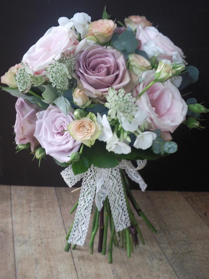 rosa und weiße Blumen ein Band aus Spitze - die perfekten Hochzeitssträuße