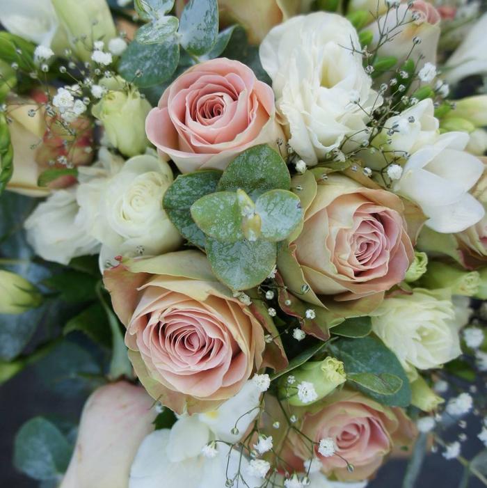 weiße und rosa Hochzeitssträuße kleine grüne Blätter und kleine weiße Pflanzen