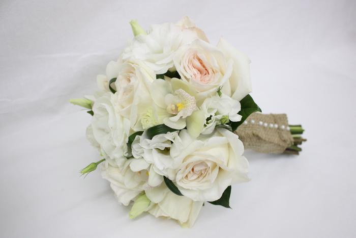 kleine weiße Blumensträuße Sackleinen Hülle mit Perlen geschmückt - Hochzeitssträuße