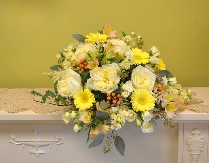 weiße und gelbe Blumen mit rotem Früchten auf vintage Regal - Hochzeitssträuße