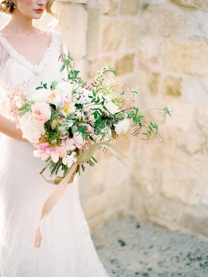 vintage Kleid mit rosa und weiße Blumen als Hochzeitsstrauß beige Band