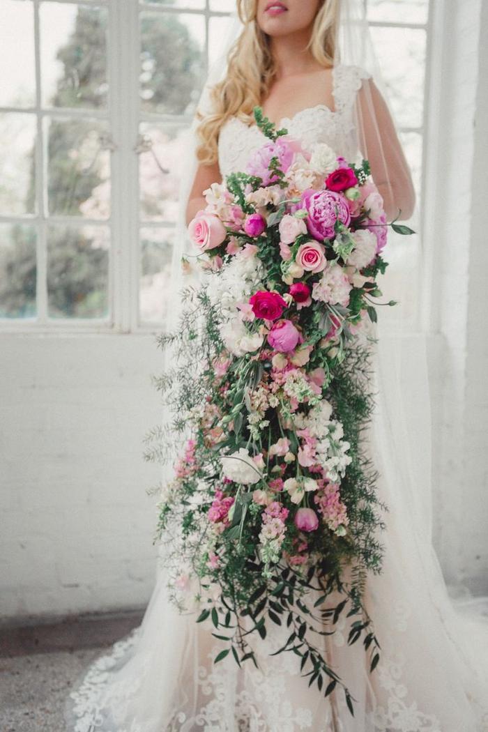 ein langer Blumenstrauß mit Rosen und grünen Pflanze - Brautstrauß Sommer