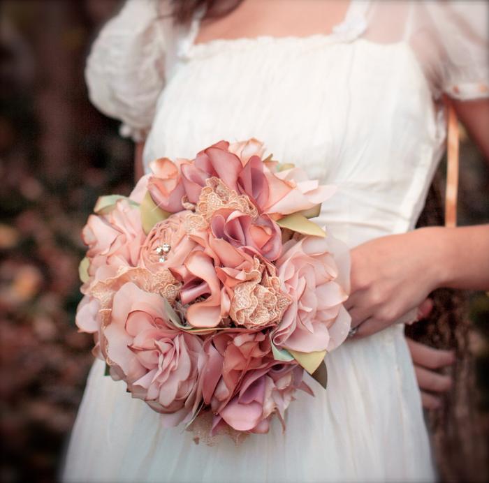 Blumen und genähten Dekoration in rosa Farben Brautstreit Sommer zu dem Kleid passend