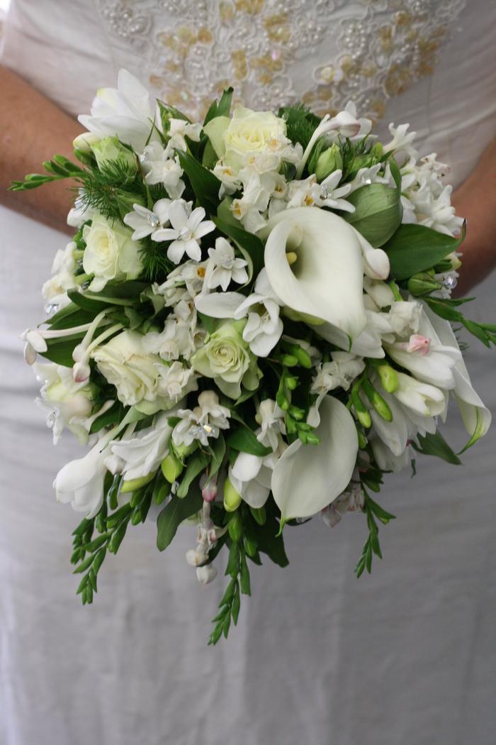 weiße Blumen mit einem grünen Akzent, Glasperlen als Dekoration Brautstrauß Frühling