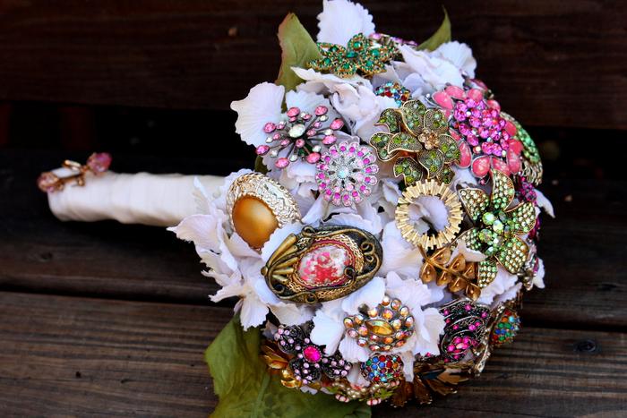 weißer Blumenstrauß aus verschiedene Schmuckstücke zusammengebunden Hochzeitsträuße