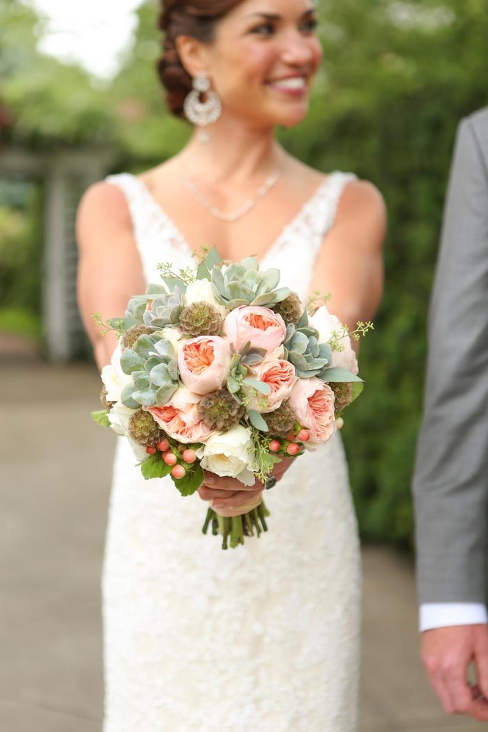 rosa und grüne Pflanzen kleine rote Blumen - Brautstrauß Sommer, schöne Braut