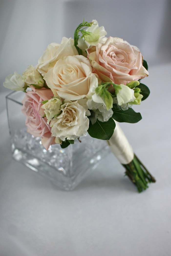Brautstrauß in weißer und rosa Farbe weiße Hülle Brautstrauß Sommer