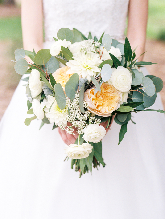 weiße Blumen und gelbe Blumen grüne Blätter - Brautstrauß Frühling