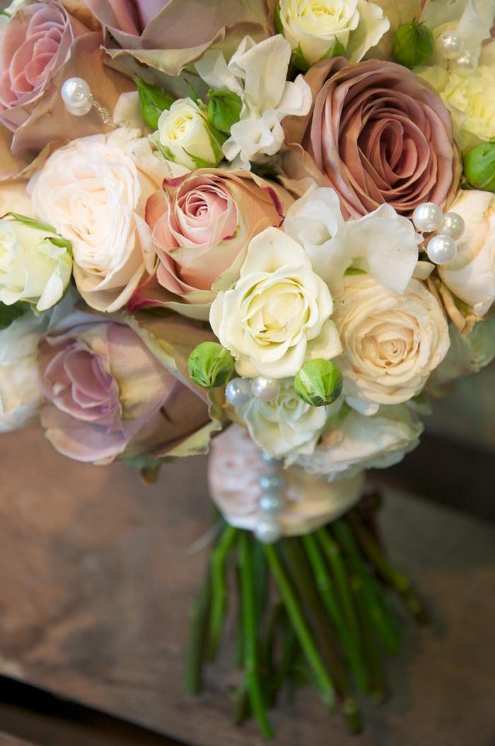 Rosen aus verschiedene Formen und Farben, Perlen - Hochzeitssträuße