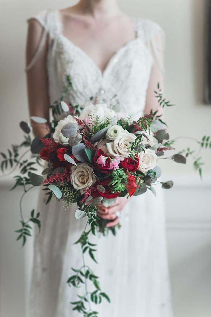 schöne Prinzessin Brautkleid mit roten und weißen Rosen - grüne Pflanzen - Brautstrauß Sommer