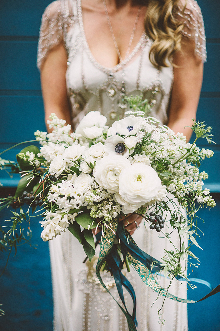 weiße Brautstrauß Frühling, vintage Brautkleid und schönen Schmuck