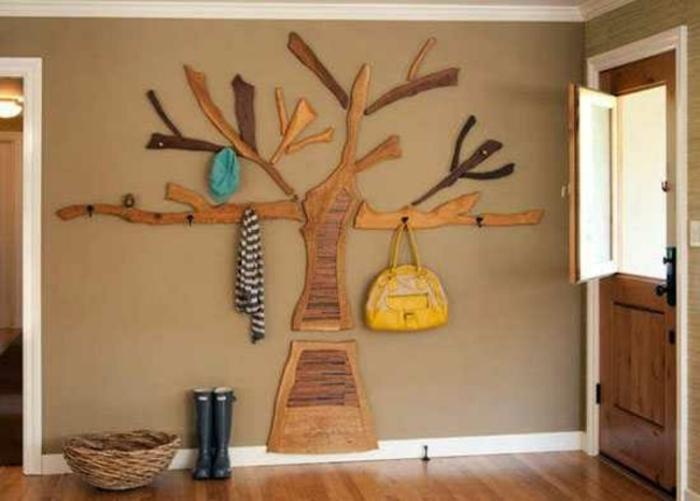holzdekoraton hölzerne deko gestaltung in dem zuhause wanddeko aufhänger ständer gelbe tasche bluse stiefel