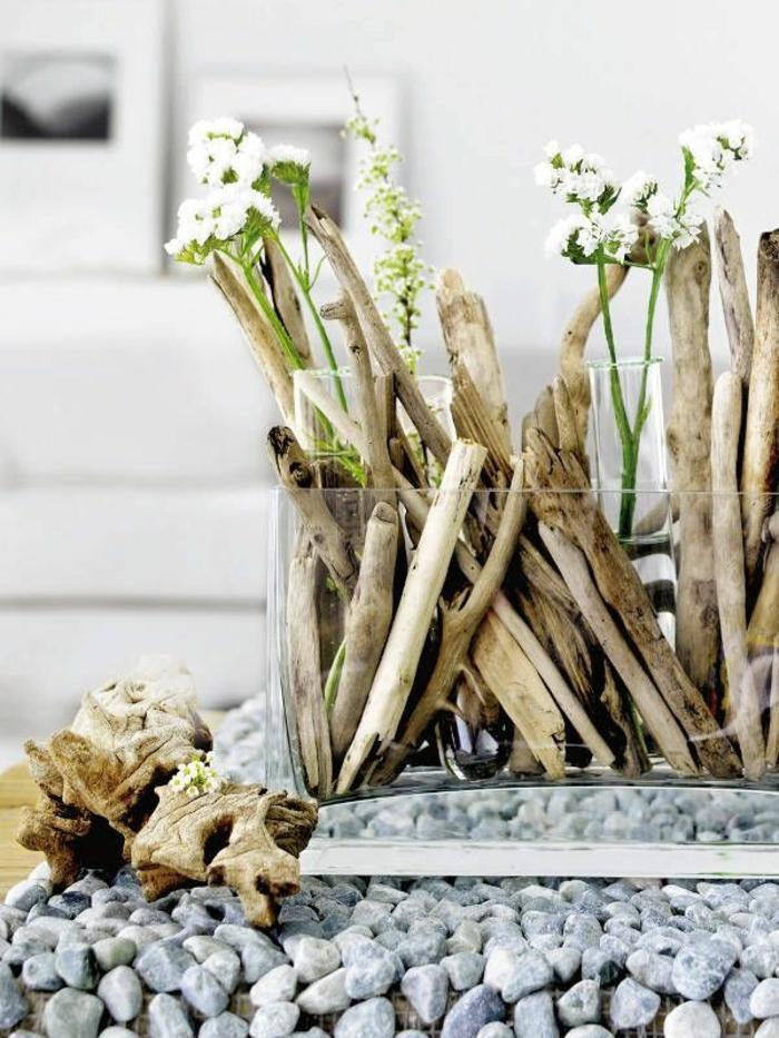 holz deko für draußen ideen zum gestalten schöne idee holzstücke in einer vase und grüne blumen weiß